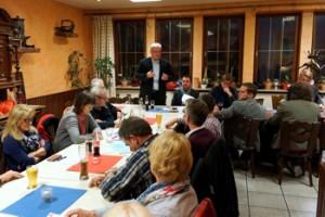 Landtagsabgeordneter Thomas Wansch (stehend) berichtet auf der Mitgliederversammlung des SPD-Ortsvereins Otterberg von seiner politischen Arbeit im Landtag