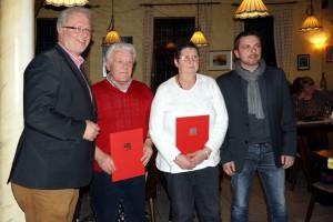 Thomas Wansch (MdL) (rechts) und SPD-Ortsvereinsvorsitzender Christian Brand (links) während der Ehrung der Parteimitglieder Karl Lutz und Ute Cherdron